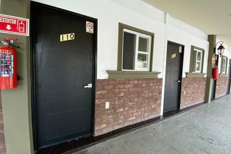 Puerta amplia para acceso con silla de rueda.