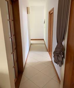 Couloir d'entrée menant à la chambre