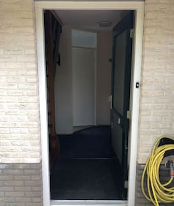 De ingang is 86 cm met een drempel van 12 cm hoog. Rijplaten kunnen op verzoek geregeld worden.