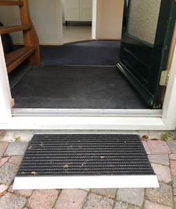 Hoogteverschil bij de voordeur is13 cm. Op verzoek kunnen we een rijplaat regelen.