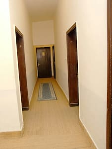 No hi ha escales ni desnivells per entrar