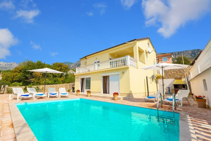 Lovely house with swimming pool in quiet area