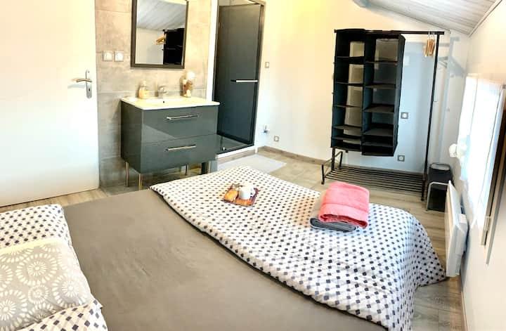 chambre avec sdb intégrée et accès direct au calme