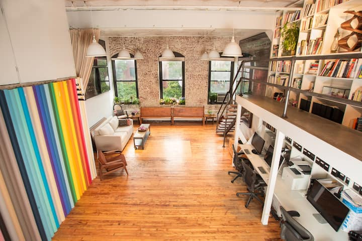 A Single Bedroom in Stunning & Inspiring Art Loft!