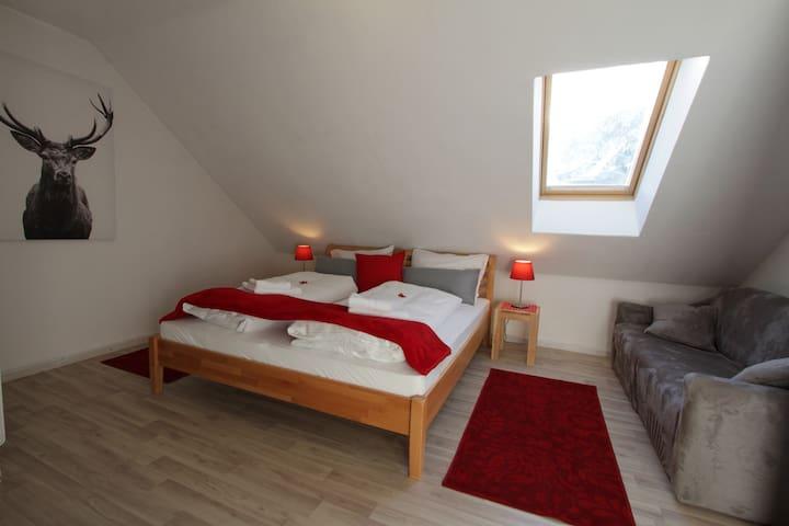 Schlafzimmer 1 mit Dusche / Waschbecken.