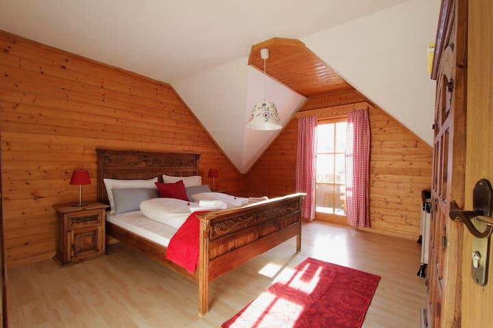 Schlafzimmer 3 mit Zugang zum Balkon.
