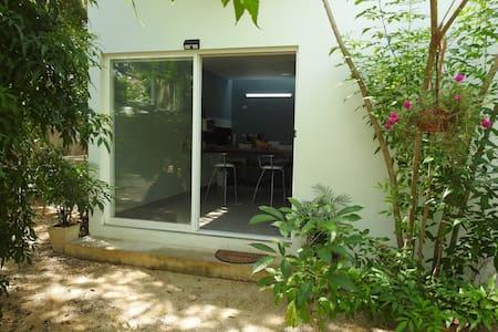 Amplia puerta corrediza con mosquitero de acceso principal a la casa