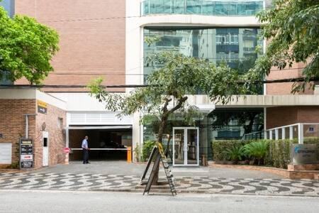A noite tem iluminação pública e também na entrada do Residencial Estanconfor.