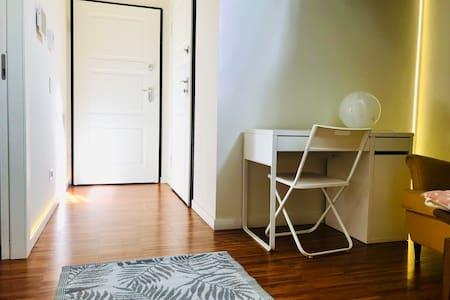 Accesso diretto alla camera tramite ascensore che si apre direttamente in casa