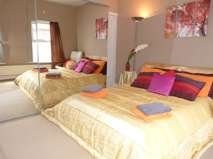 Spacious double room in serene modern home.