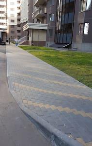 Ровный тротуар без уклона, имеет плавные съезды