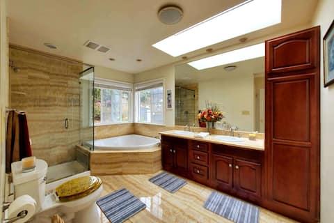 Luxurious couple retreat, spa, balcony,5 min to SF