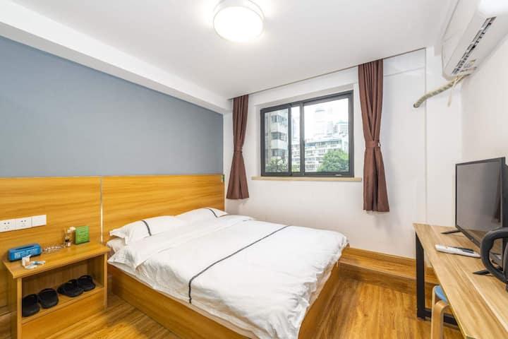 市中心繁华地段独立卫浴大窗大床房间
