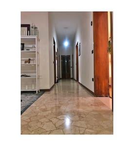 Ampio corridoio che separa le stanze dell'appartamento.