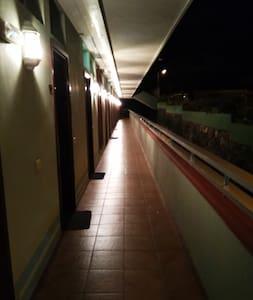 Camino a la entrada bien iluminado