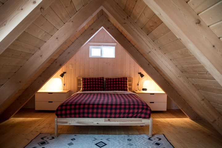 Cozy and Comfy queen bed in the loft