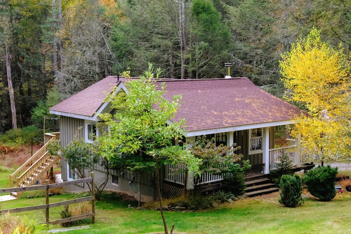 Bella Cottage w/Cozy Fireplace & BBQ, Fall Getaway