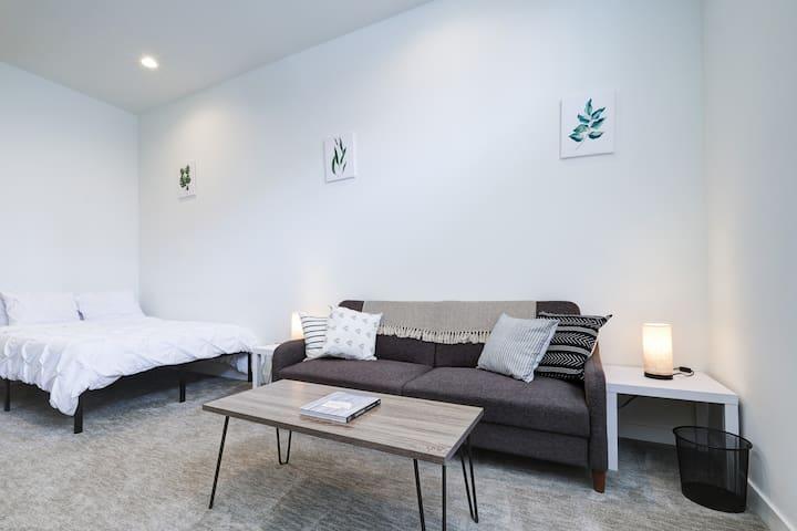 Clean & Modern Suite Near I-90 & Lake Washington!