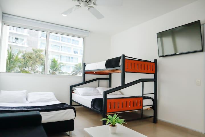 Habitación 2  Con sofá de descanso y mesa pequeña de centro