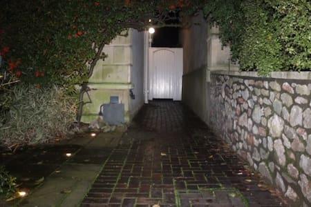 Cale bine luminată spre intrare