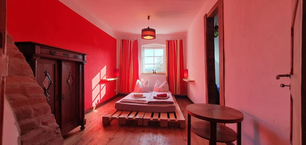 Roter Salon mit Blick nach Osten (Rechts ist der Eingang von einem kleinen Nebenzimmer)