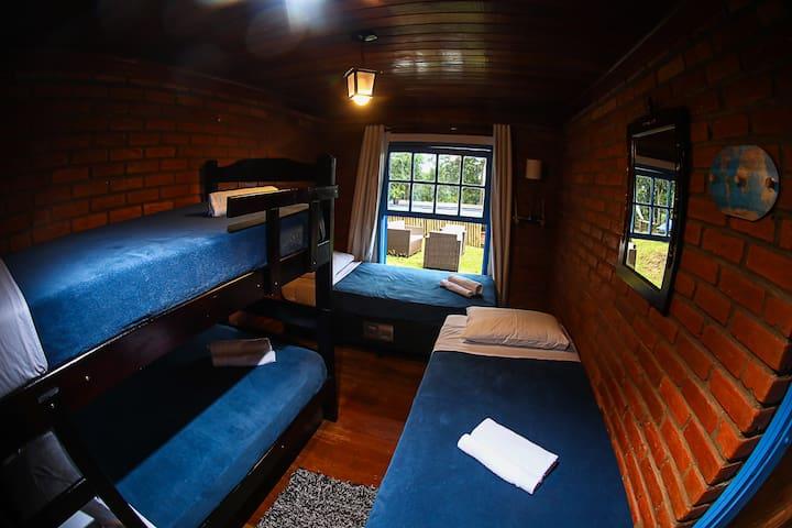 Quarto 2: uma beliche + duas camas de solteiro ou uma de casal.