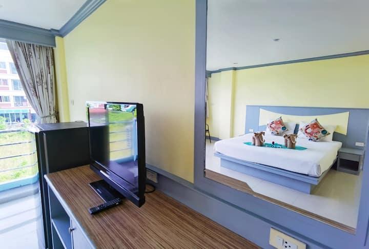 333营业中 新房促销 包月优惠 芭东海滩 阳台公寓大床房 设施便利 环境舒适 房间30平米