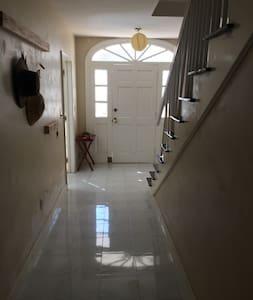 Los pasillos son amplios y los techos altos.