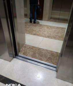 Cửa thang máy tòa nhà đang mở