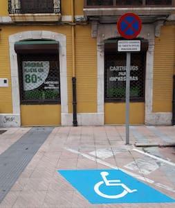 Plaza de aparcamiento accesible cerca del portal (Comercio n°1)