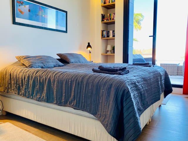 Master sovrum med utgång till stor terrass