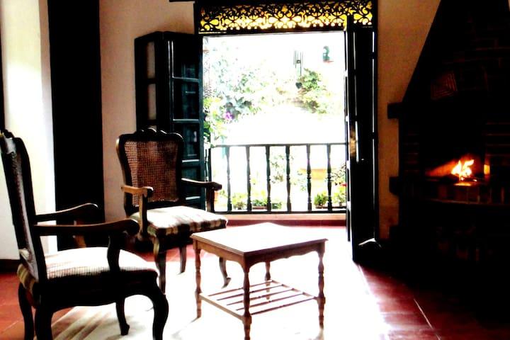 Chimenea y balcón de habitación principal. Sitting area of Suite.