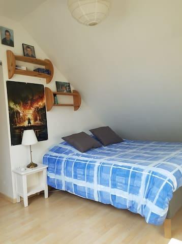Chambre 4, en enfilade de la chambre 3, séparation par un rideau.  Lit 160*200