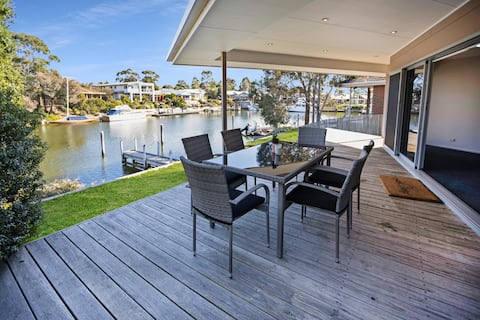 Pelican Brief - relaxing canal frontage