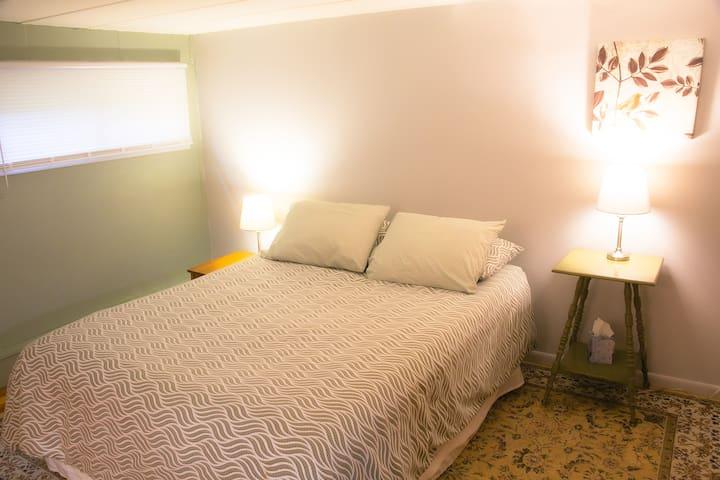 Green Door Room - queen bed