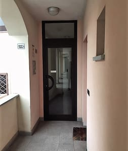 L'ingresso è in piano e poi c'è ascensore