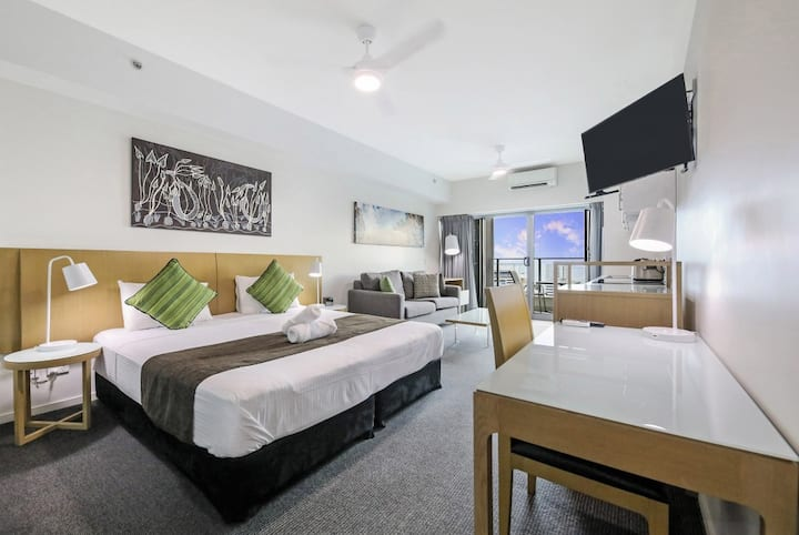 Contemporary CBD Stay with Pool and Parking