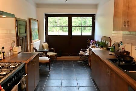 La porte de la cuisine est une grande double porte pouvant totalement s'ouvrir des deux côtés