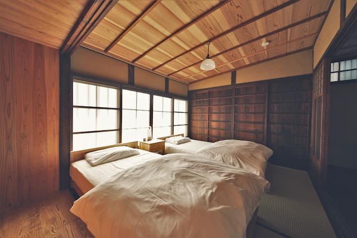 西村邸 OMOYA ― 築100年の古民家一棟貸し 10畳の座敷&掘りごたつ体験