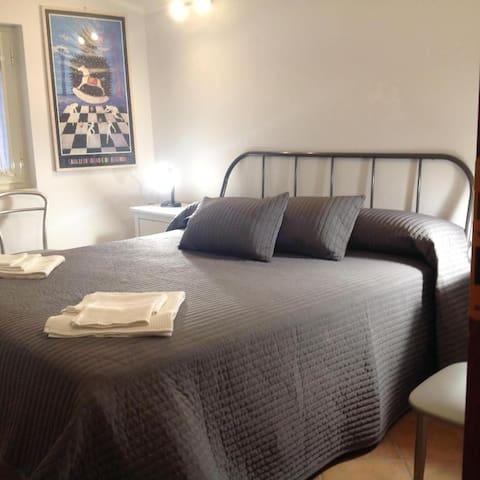la camera,indipendente, è posta al piano terra adiacente alla cucina.(provvista di bagno privato).