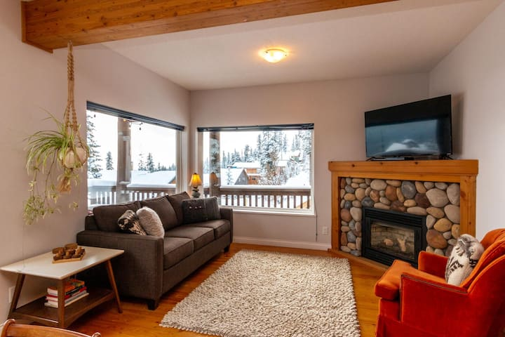 Gas fireplace, smart TV (Netflix), and comfortable sofa bed to rest and relax while enjoying the views of the mountains.