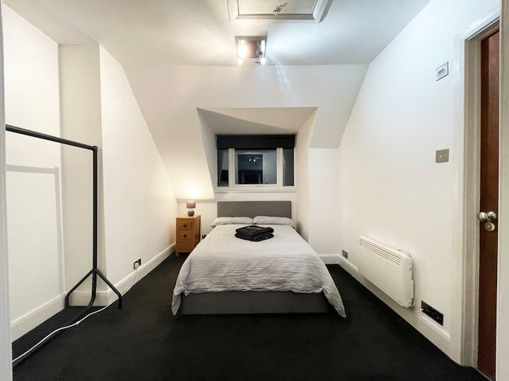 Self contained Flat***1 min to Train Station.