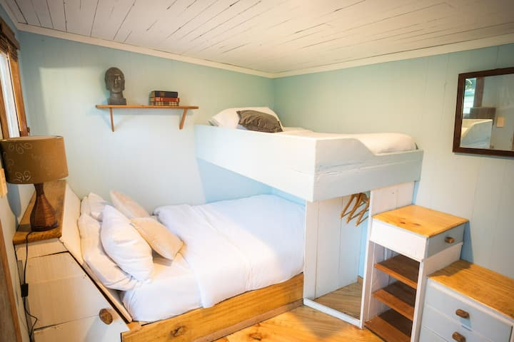 Air hut - Double and single bed at The farm