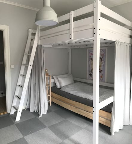 Loftbed (140x200 cm) and single bed underneath in the second bedroom.