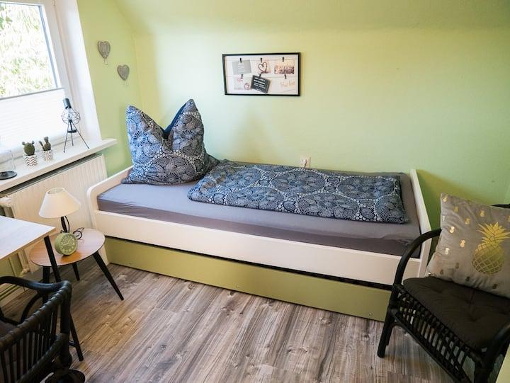Mein grünes, modernes Zimmer für bis zu zwei Gäste