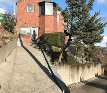 There are no stairs, however there is a relatively steep driveway to the entrance.