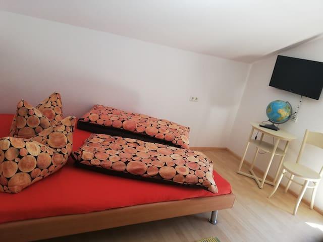 weiteres Doppelbettschlafzimmer mit TV