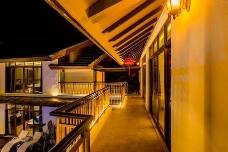 二楼阳台及楼梯口