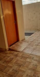 Banheiro com barras de apoio e porta com 90 cm de largura.