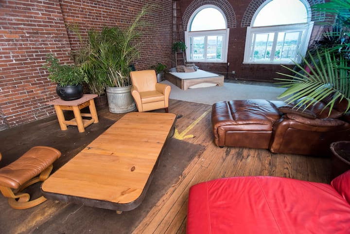 Large Creative Downtown Artist Loft for Groups